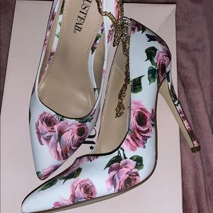 JustFab Shoes - Beautiful Rose Floral print white heels